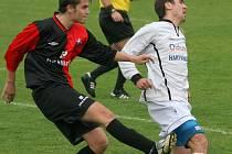 Hartvíkovický klub asi opustí jeden ze služebně nejstarších hráčů - Miloš Neumann (v bílém), který má namířeno do Třebíče.