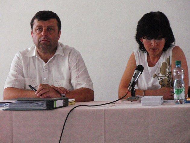 Sekretář OFS Jihlava Marie Sobotková (vpravo) se postarala o zahajovací proslov losovacího aktivu. K zaplněnému salonku DKO měl co říci i předseda OFS Karel Kříž.