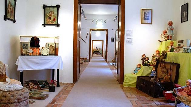 Výstava Hračky nestárnou v areálu telčského zámku loni přilákala dvacet čtyři tisíc lidí. K vidění tam byly  dřevěné hračky, panenky nebo plyšáci.