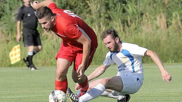 Fotbalisté Velkého Beranova (v bílých dresech) vyšli naprázdno. V Hartvíkovicích prohráli 1:2.