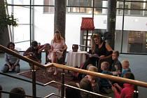 Čtení na schodech Horáckého divadla Jihlava