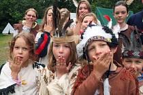 Děti z letního tábora Kamarád si vyzkoušely život opravdových indiánů.