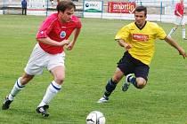 Fotbalisté Žirovnice (v červeném Tomáš Houška) doma přivítají Velkou Bíteš. To Vrchovina (ve žlutém Stanislav Kršek) jede do 3 kilometry vzdálené Nové Vsi.