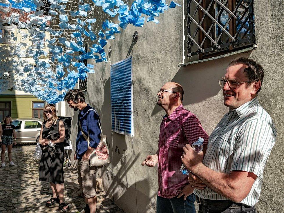 Výstava Vodní kaple v nejužší uličce ve městě. Při deštích se bude měnit.