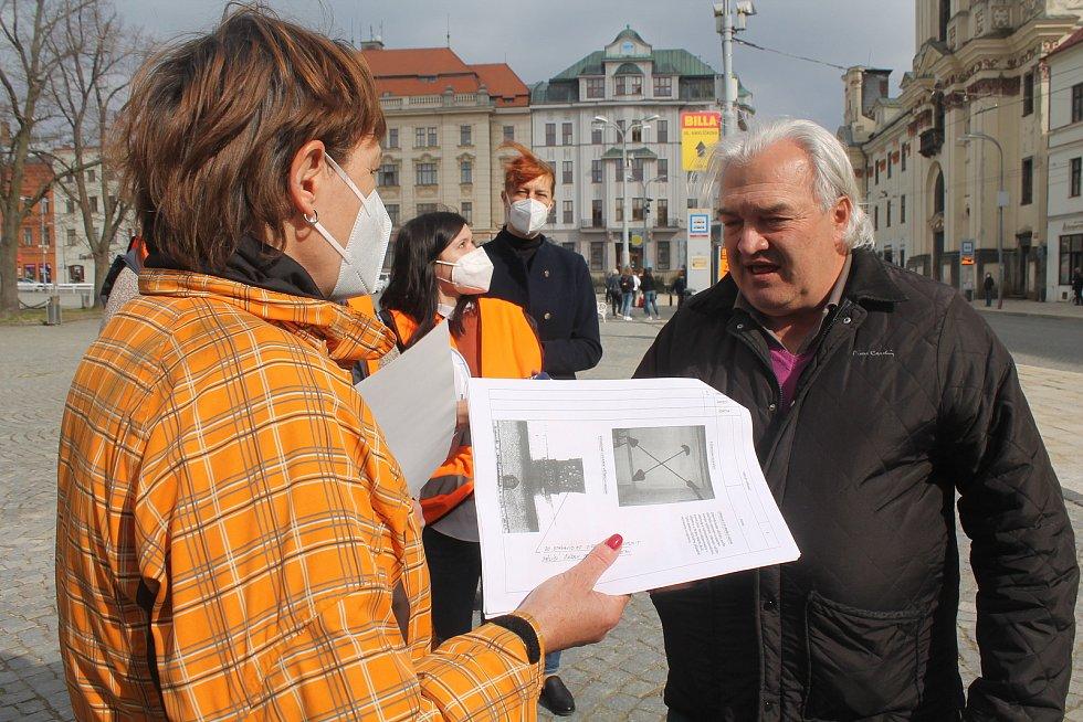 Architekt a městský zastupitel Jaroslav Huňáček diskutuje s Marianou Nesnídalovou z firmy L. Heinz specializující se na rekonstrukci věžních hodin.