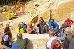 Na exkurzi do lomu Granit Zedníček u Mrákotína dorazilo několik desítek zájemců. Měli možnost nahlédnout do kuchyně jednoho z nejtvrdších řemesel.