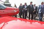 Premiér v demisi Andrej Babiš společně s členy vlády navštívil 28. května kraj Vysočina. Na snímku je Babiš v doprovodu hejtmana Kraje Vysočina Jiřího Běhounka, na letišti Jihlava-Henčov.