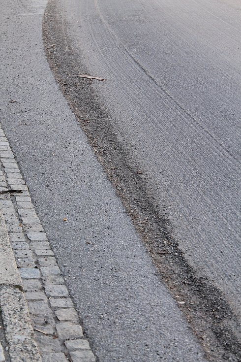 Silnice v Třešti se opravy jen tak nedočká.