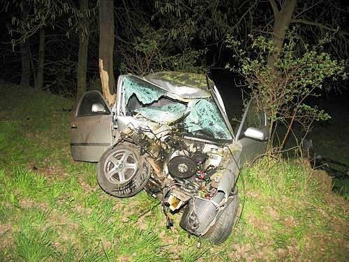 Mladý řidič Octavie nezvládl ve vysoké rychlosti projet zatáčku.