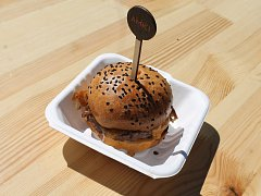 Z nabídky desítek více či méně tradičních burgerů si mohli vybrat návštěvníci jihlavského Burger festivalu.