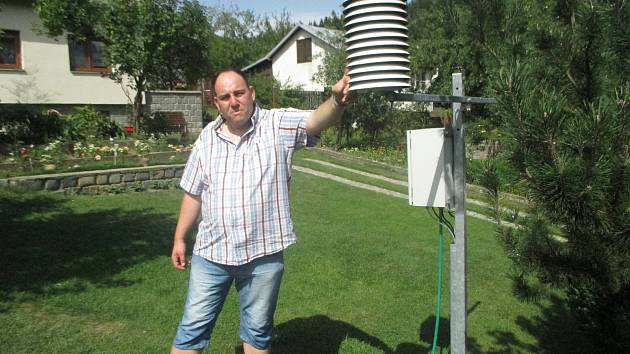 Petr Janoušek už několik let spolupracuje s ČHMÚ. Na jeho zahradě se měří teploty, srážky a další meteorologické jevy.