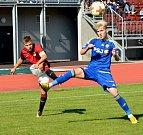 LÍDR VYHRÁL. Fotbaloví starší dorostenci FC Vysočina (v modrém) na svém hřišti odevzdali Spartě všechny tři body. Pražané se po výhře 3:0 vyšvihli do čela tabulky.