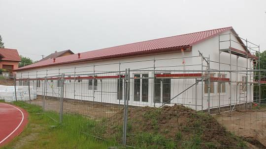 Ani vytrvalé deště nic nezměnily na tom, že nová budova školky v Kamenici  roste doslova před očima.