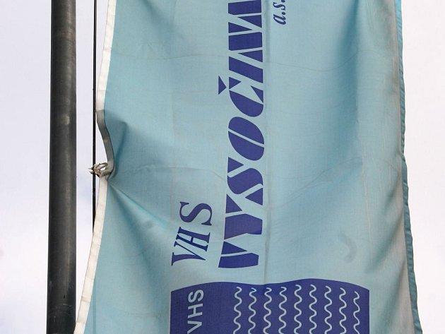 Vodohospodářské stavby Vysočina (VHS) se před časem rozhodly spojit síly na trhu s jinou společností jménem Syner. Ta ale čelí podezření ze zmanipulované zakázky v Karlových Varech. Provozu VHS se ale prý kauza nedotkne.