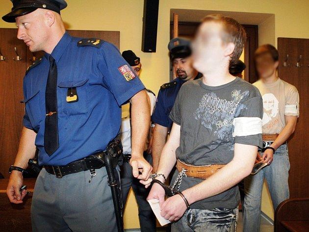 Patrik H.(vlevo) odmítl vypovídat, prý by to psychicky nezvládl, Jan H. (v pozadí vpravo) zase odmítal tvrzení spolupachatele, že je iniciátorem trestných činů.