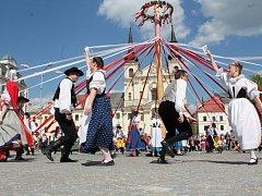 Na jihlavském Masarykově náměstí letos stojí májka vůbec poprvé. V sobotu pentle na máji navíc zapletli tanečníci z folklorních souborů.