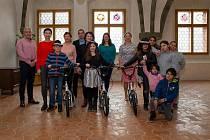 Úspěšní školáci dostali od zástupců města nové koloběžky.