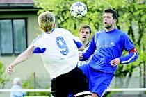 Fotbalový útočník Radek Kolouch (v modrém) bude na jaře působit v Rakousku. Ždírecká Dekora tak přijde o svého kapitána i střelce.