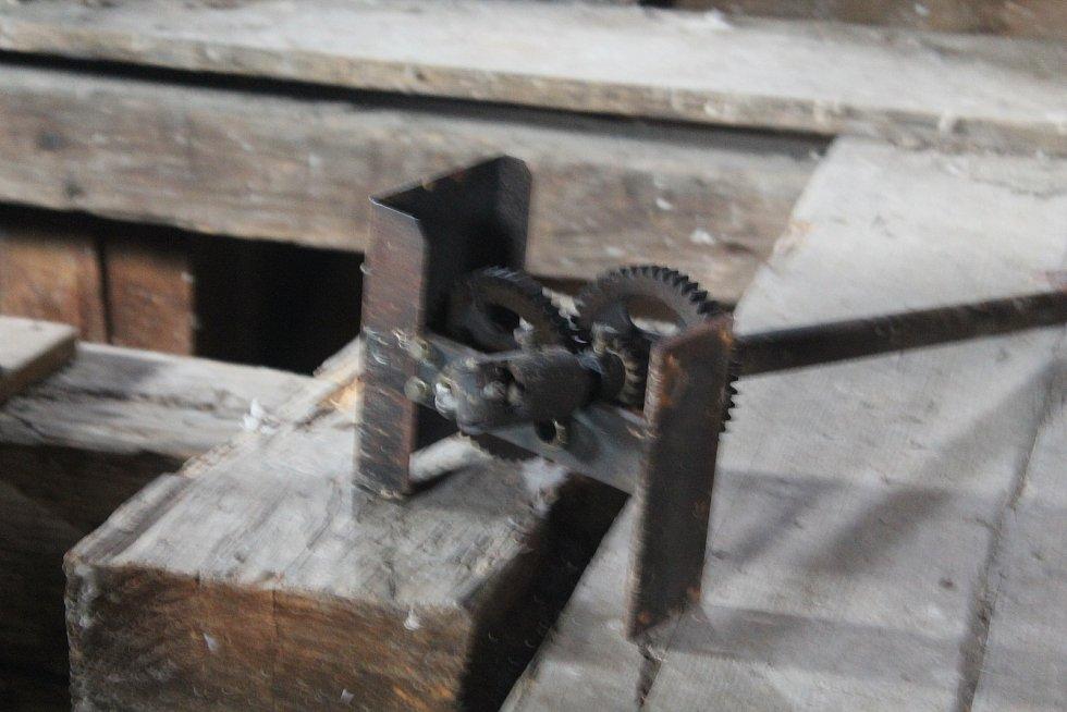 Ozubené kolečko, které rafičky pohání, skončilo také uvnitř věže.