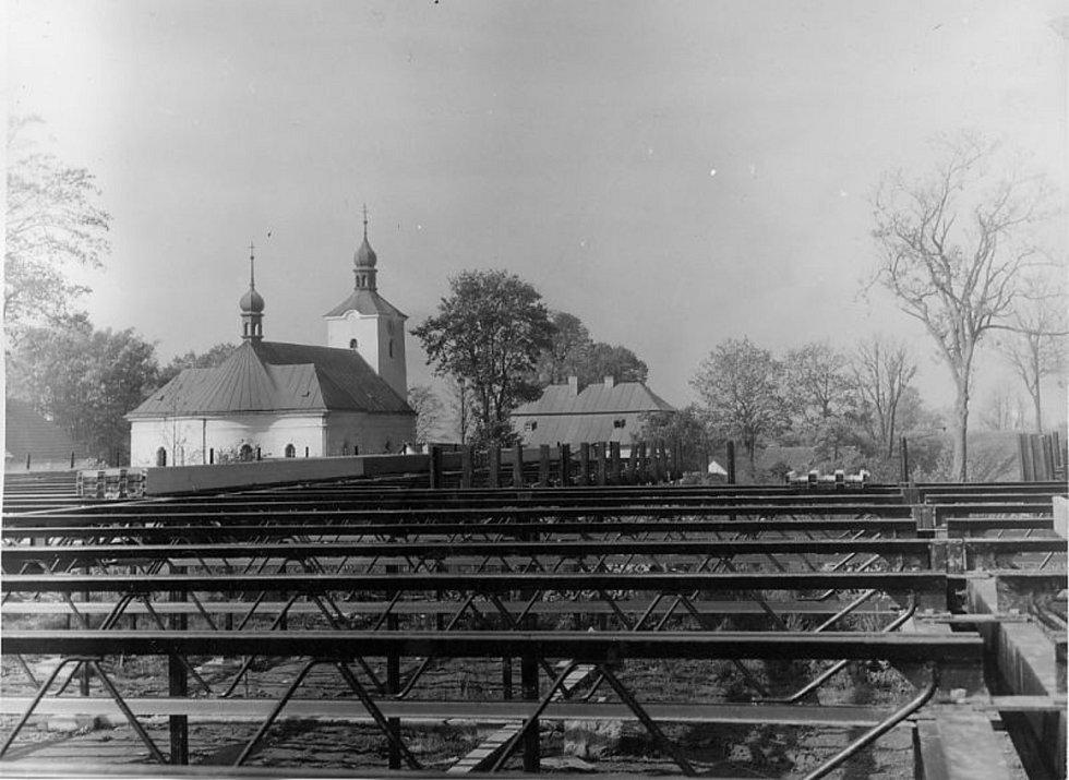 Tato ocelová konstrukce se stala základem pro výstavbu nové školy, která byla otevřena v roce 1984. Jednalo se už o čtvrtou budovu. Od slavnostního otevření má škola za sebou už řadu úprav. Vyměnila se rovná střecha za šikmou a vystavěla se tělocvična.