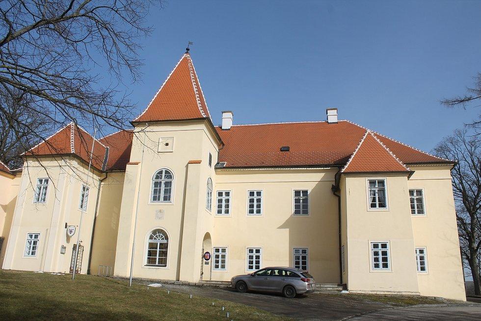 Budova obecního úřadu sídlí na zámku.