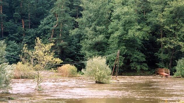Jedním z míst na Jihlavsku, kde se řeka Jihlava  při povodni v roce 2002 vylila ze břehů, byla oblast pod Konvalinkovým jezem v Lukách nad Jihlavou.
