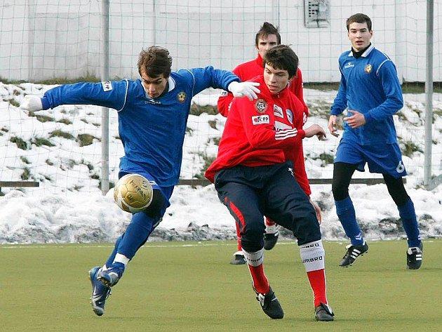 Konfrontace záložních dorosteneckých týmů FC Vysočina s 1. FC Brno skončila nerozhodně. Starší dorostenci Jihlavy vyhráli, jejich mladší kolegové po dobrém výkonu prohráli.
