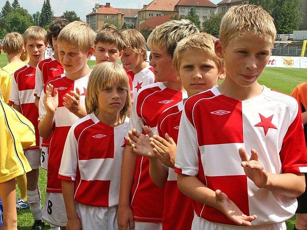 Na McDonald´s Cup se sjeli hráči z celé republiky (na snímku slávisté), Vysočinu reprezentují ZŠ Rošického Jihlava a ZŠ Hálkova Humpolec. Jihlavští mladíci vstoupili do turnaje výborně, když  porazili naděje ostravského Baníku 2:1.