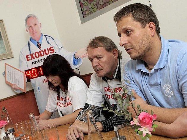 Zástupci protestujících lékařů představili své požadavky v polovině listopadu i na Vysočině. Uprostřed sedí předseda Lékařského odborového klubu Martin Engel. Vedle něj hovoří internista nemocnice v Novém Městě na Moravě Pavel Vávra.