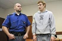 Jakub Chvátal (vpravo), obviněný z vraždy, u brněnského krajského soudu, který se včera dopoledne zabýval jeho případem.