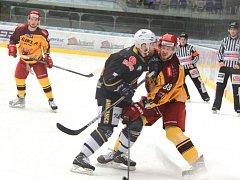 Jihlavští hokejisté touží po úspěchu v semifinále play-off, Chomutov (v tmavém) však hned v úvodních dvou zápasech potvrdil roli favorita série.