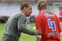 Přivezou body? Fotbalisty Velkého Meziříčí (vlevo trenér Miroslav Karpíšek v rozhovoru se svým svěřencem Tomášem Galiou) čeká podruhé za sebou derby na hřišti soupeře.