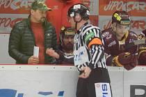 Trenér Dukly Viktor Ujčík se během utkání klidně pustí do řeči s rozhodčími.