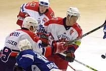 Útočník Jakub Matušík (v bílém vpravo), který část loňské sezony strávil v Havlíčkově Brodě, by měl podle sportovního ředitele Třebíče nahradit Jiřího Olivu.