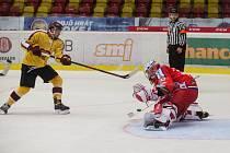 Jihlavští hokejisté (ve žlutém) zvládli domácí premiéru. Prostějov zdolali 3:2.