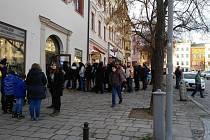 Kajínkova autogramiáda v Jihlavě a čekající lidé.