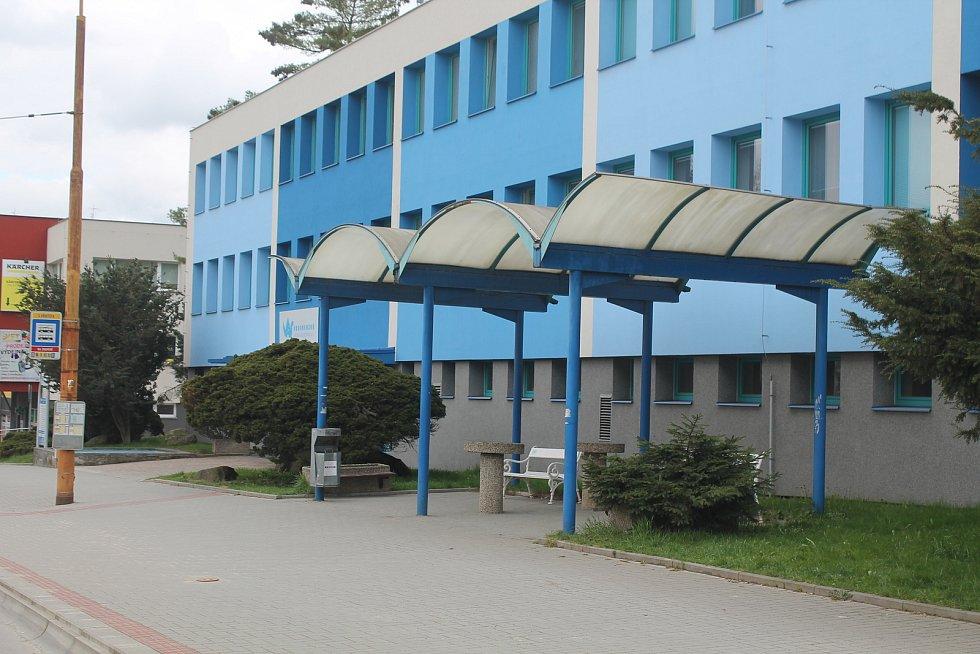 Zastávka U Hřbitova barevně ladí s vedlejší budovou Vodárenské akciové společnosti.