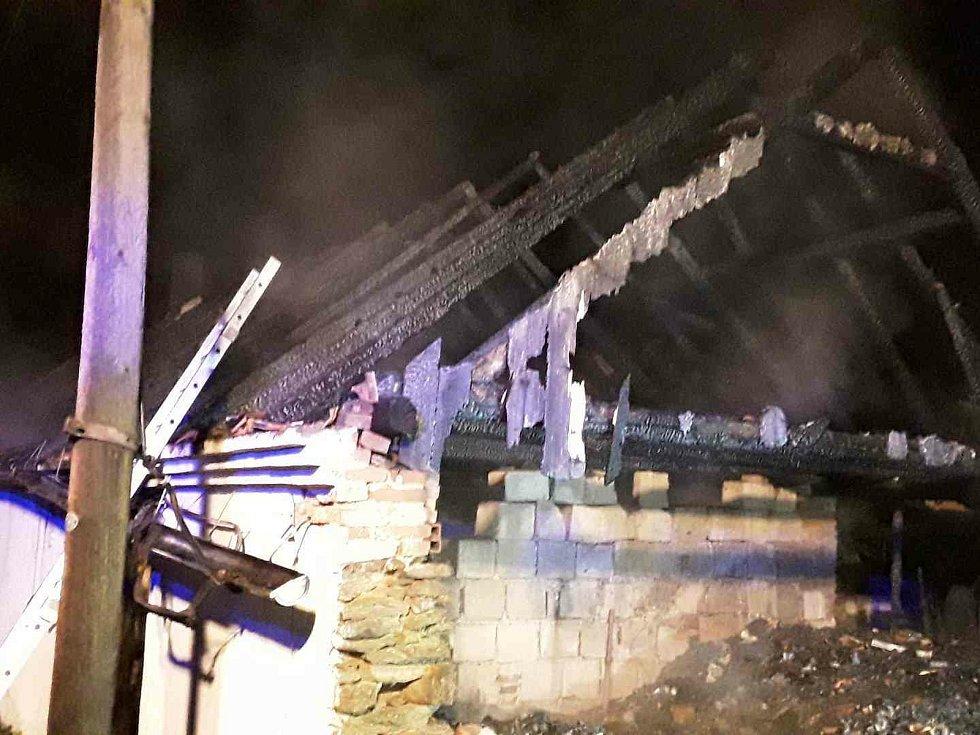 Hned šest hasičských jednotek likvidovalo loni v srpnu krátce po jedné hodině v noci požár střechy rodinného domu v obci Vápovice na Jihlavsku.