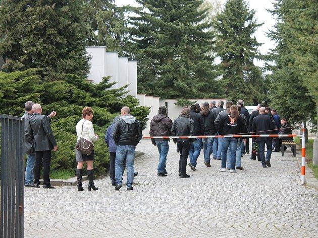Kromě rodiny a známých se se zavražděným Milanem P. přišli včera rozloučit také kolegové, taxikáři z hlavního města.