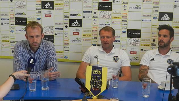 Na dotazy novinářů odpovídali (zleva) sportovní ředitel FC Vysočina Jihlava Lukáš Vaculík, trenér Aleš Křeček a středopolař Matúš Lacko.