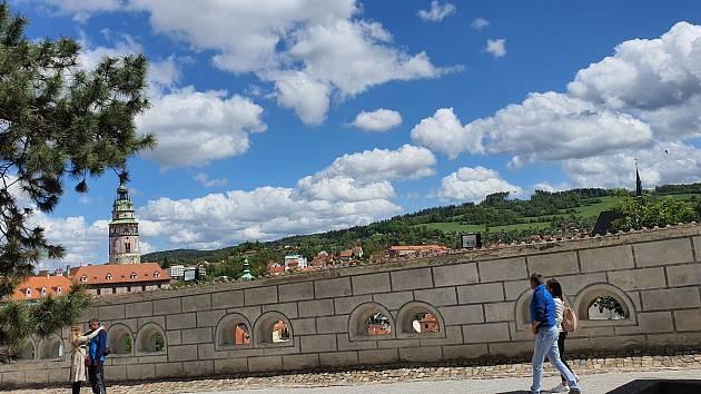 Úzké uličky, impozantní zámek nad Vltavou s krásnou věží, proslulé krumlovské jezy. To vše je Český Krumlov.