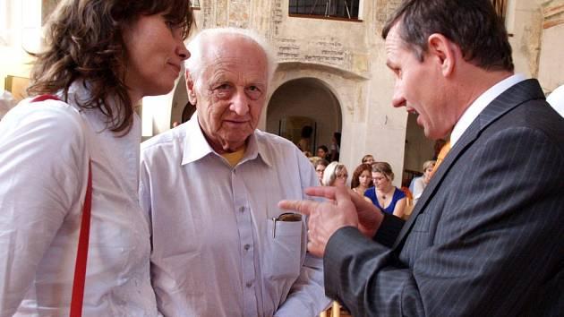Návštěvníci prvního dne festivalu židovské kultury Šamajim besedovali se světoznámým spisovatelem a publicistou Arnoštem Lustigem (uprostřed). Dalším hostem na zahájení byl místopředseda vlády Jiří Čunek.