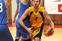 Smolná prohra. Jihlavští basketbalisté (ve žlutém Ondřej Maňák) se na domácí palubovce moc snažili, ale pražskému GBA nakonec podlehli o pět bodů.