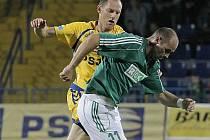 Jihlavský kapitán Michal Kadlec (ve žlutém) ukázal v duelu proti Karviné, že má nervy ze železa. Za stavu 4:3 pro FC Vysočina zahrával penaltu, kterou proměnil, a zpečetil tak výhru na 5:3.