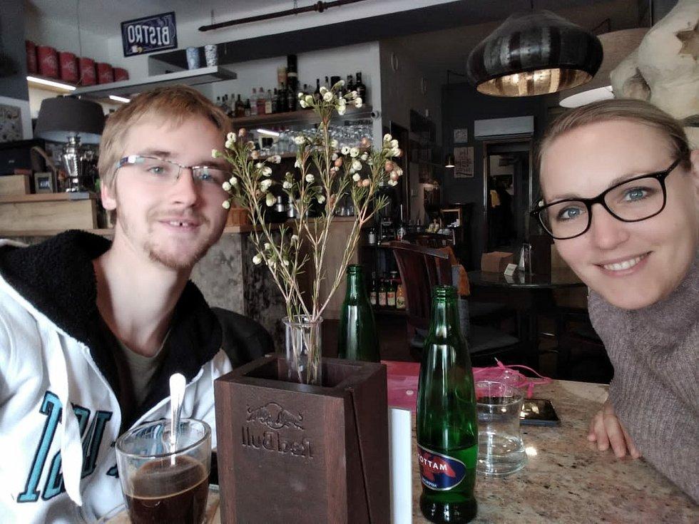 Koordinátorka Ivana a mladík Václav na fotce z října