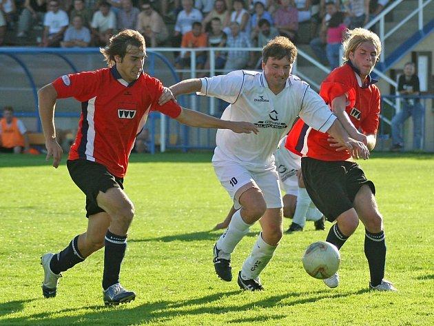 Fotbalisté třebíčské juniorky (v červeném) se stali prvním týmem v sezoně, který odevzdal všechny body Jemnicku. To v souboji nováčků vyhrálo 2:1.