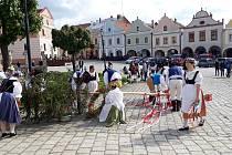 Vzrostlá májka z telčského náměstí šla v neděli 30. května k zemi. Za vydatné asistence folklorního souboru Podjavořičan.