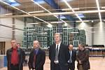 Hosté poslouchají jeden z projevů při pondělním slavnostním otevření nové haly. Ta má plochu 16 tisíc metrů čtverečních.