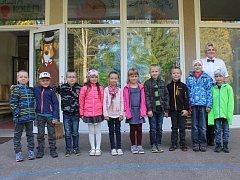 Na fotografii jsou žáci první třídy ze základní školy ve Zhoři paní učitelky Elišky Neubauerové.