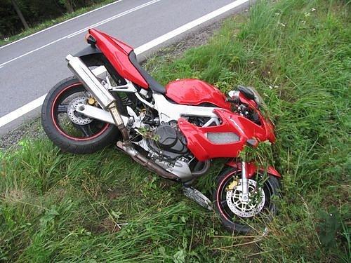 Mladý motorkář se zranil při střetu s osobním vozidlem u obce Hodice.
